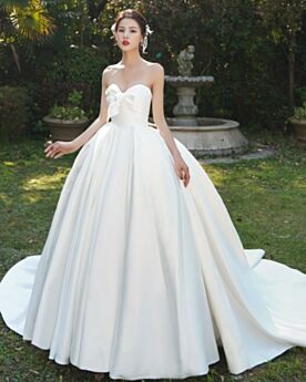 シンプル な ロング ホワイト サテン ウエディング ドレス エレガント オフショルダー ガーデン 5120230527